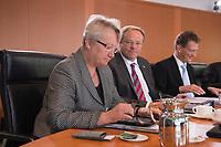 09 MAY 2012, BERLIN/GERMANY:<br /> Annette Schavan, CDU, Bundesbildungsministerin, tippt auf Ihr iPad, vor Beginn einer Kabinettsitzung, Bundeskanzleramt<br /> IMAGE: 20120509-01-018