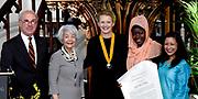 Prinses Mabel heeft in de Grote Kerk in Vlaardingen namens de mede door haar opgerichte organisatie Girls Not Brides de Geuzenpenning in ontvangst genomen.<br /> <br /> In the Grote Kerk in Vlaardingen, Princess Mabel received the Geuzen Medal on behalf of the organization Girls Not Brides, which she co-founded.<br /> <br /> op de foto / On the photo: <br />  Frans Weisglas , Lilian Goncalves , Prinses Mabel van Oranje , Lakshmi Sundaram