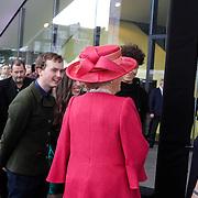 NLD/Amsterdam/20120922 - Koningin Beatrix opent het Vernieuwde Stedelijk Museum,  Koningin Beatrix in gesprek met de Britse Kunstenaar Rory Pelrim, ontwerper van het handgeborduurde vaandel