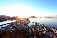 ÅLESUND 20130224. <br /> Kveldssolen stikker frem bak Sukkertoppen i Ålesund. Utsikt fra Fjellstua mot Godøya, Brosundet, Hessa og Sula.<br /> Foto: Svein Ove Ekornesvåg