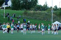 De siste fire minuttene av kampen mellom Asker og Klepp ble spilt i all vennskapelighet på midtbanen etter at en Klepp-spiller ble kjørt på sykehus etter hjertestans. Kampen måtte fullføres for å få et tellende resultat.<br /> <br /> Kvartfinale NM kvinner: Asker - Klepp 7-2. 30. august 2006. Foto: Peter Tubaas/Digitalsport
