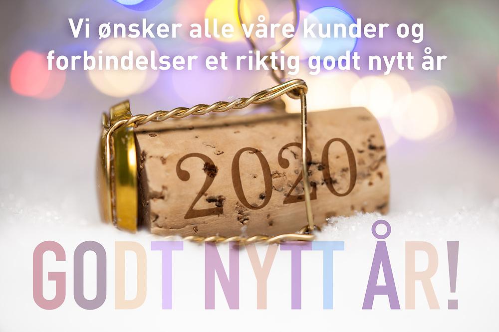 Nyttårshilsen i form av Champagne-kork med innpreget årstall 2020, nyttårshilsen til kunder og forbindelser og pastell «Godt nytt år»  tekst.