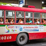 THA/Bangkok/201607111 - Vakantie Thailand 2016 Bangkok, Thaise Bus vol mensen
