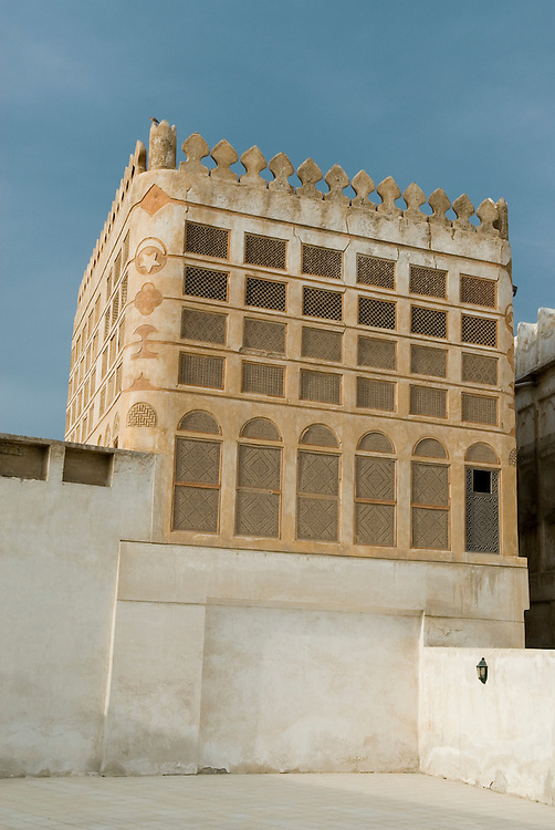 Das Siyadi House, auch bekannt als Bayt Siyadi, ist ein historisches Gebäude in Muharraq City, Königreich Bahrain. Es ist Teil eines größeren Gebäudekomplexes, der für den Perlenhändler Abdullah bin Isa Siyadi errichtet wurde und der außerdem eine Moschee und eine Majlis umfasst.|Siyadi House, also known as Bayt Siyadi is a historic building in Muharraq City, Kingdom of Bahrain. It is part of a larger complex of buildings constructed for the pearl merchant Abdullah bin Isa Siyadi, which further includes a mosque and a majlis.