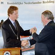 NLD/Huizen/20060512 - Opening vernieuwd KNRM reddingsstation Huizen Energieweg 1, burgemeester Frans Willem van Gils overhandigd de sleutel van reddingsvaartuig de Gooier aan de voorzitter