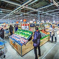 Nederland, Purmerend , 17 januari 2017. Albert Heijn XL in Purmerend.<br />In de allernieuwste XL van Nederland wordenklanten volop geïnspireerd door nieuw assortiment en innovatieve concepten. Vers speelt een hoofdrol in de nieuwe Albert Heijn XL. Klanten zien door de hele winkel vernieuwende versconcepten zoalsverse vis op ijs en een sappen- en yoghurtbar. De winkeltrip wordt een beleving met de 'chooseityourself'-concepten zoalskruiden plukken inde kruidentuin, schaal- en schelpdieren scheppen of je favorietehagelslagsamenstellen.En door een fors aantal energiebesparende maatregelen mag de XL in Purmerend zich de duurzaamste supermarkt van Europa noemen.<br /><br />Foto: Jean-Pierre Jans
