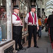 Due caratteristici Beadles per sorvegliare la Burlington Arcade, galleria commerciale di lusso in Piccadilly Street.<br /> <br /> Two Beadles to patrol the Burlington Arcade, the luxury commercial gallery in Piccadilly Street.