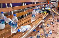 Bhubaneswar - Dug out vol met waterflesjes. COPYRIGHT KOEN SUYK