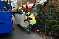 DEU, Deutschland, Germany, Berlin, 22.12.2016: Mitarbeiter des Technischen Hilfswerks (THW) beim Setzen von Betonsperren am heute wiedereröffneten Weihnachtsmarkt am Breitscheidplatz. Bei einem Anschlag am 19.12. ist ein LKW auf den Weihnachtsmarkt an der Gedächtniskirche gefahren, dabei wurden mindestens zwölf Menschen getötet.