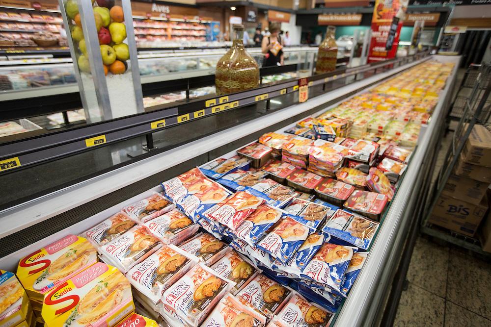 Contagem_MG, Brasil.<br /> <br /> Supermercado em Belo Horizonte, Minas Gerais.<br /> <br /> Supermarketing in Belo Horizonte, Minas Gerais.<br /> <br /> Foto: LEO DRUMOND / NITRO