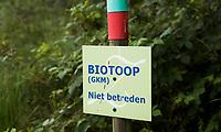 HENGELO (GLD) - Biotoop , GKM . GKM betekent Gebied met  Kwetsbaar Milieu. op golfbaan 't Zelle. Een biotoop (Gr: βιος (bios) - leven, τοπος (topos) - plaats) is een gebied met een uniform landschapstype waarin bepaalde organismen kunnen gedijen. Een biotoop moet worden onderscheiden van het bioom, de niche en het verspreidingsgebied. Binnen een biotoop kunnen habitats worden onderscheiden.<br />  COPYRIGHT KOEN SUYK Bal  in gebied, begrensd door ROOD-GROENE palen (Hindernis)<br /> <br /> Verplicht ontwijken (Stand en ligging) MET 1 STRAFSLAG<br /> <br />     No play zones OOK NIET BETREDEN!