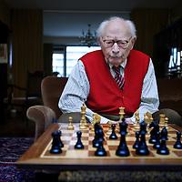 Nederland, Amsterdam , 18 januari 2011..Johan Wilhelm van Hulst (Amsterdam, 28 januari 1911) is een Nederlandse emeritus hoogleraar .pedagogiek en politicus...Ook in de schaakwereld is hij geen onbekende, zo won hij op 95-jarige leeftijd nog het Corus-schaaktoernooi voor (ex-)parlementariërs. In 2010, vlak voor z'n 99ste verjaardag, won hij het toernooi opnieuw, maar moest hij z'n titel delen met Jan Nagel. Hij heeft zowel tegen Max Euwe als Anatoli Karpov remise gespeeld. Daarnaast is hij erelid van Schaakvereniging Caïssa in Amsterdam..Foto:Jean-Pierre Jans