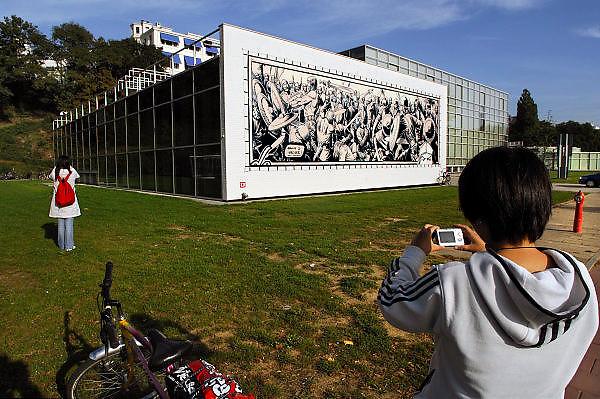 Nederland,Arnhem, 17-10-2006..In Arnhem hangen door de stad afbeeldingen van Hans Kresse, tekenaar van Eric de Noorman, en tekeningen gemaakt door hedendaagse tekenaars, als ode aan de in Arnhem geboren Kresse, die 60 jaar geleden de eerste Eric tekende...Twee Chinezen, toeristen maken een foto bij Artez, de hogeschool voor kunsten...Foto: Flip Franssen/Hollandse Hoogte