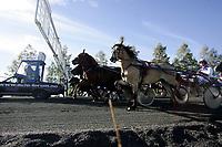 Trav,  17. september 2005 , V75, Kjenner Broken og Gunnar Austevoll bak startbilen, startbil