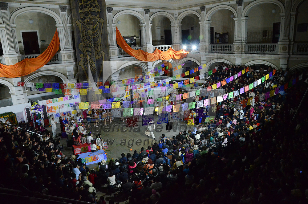 Toluca, México (Octubre 23, 2016).- El Fandango de los Muertos, obra tradicional en la capital mexiquense se presentó en el patio del cincuentenario de rectoría de la UAEMEX, ésto en el marco de la celebración de Día de Muertos. Agencia MVT / Arturo Hernández.