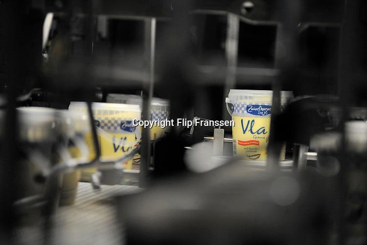 Nederland, Twekkelo, 16-7-2016 Zuivelproductie bij de Roerink Zuivelhoeve in Twekkelo, Twente, Overijssel. Vla wordt in emmertjes gegoten.Foto: Flip Franssen