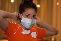 ZWOLLE - Naomi van As pakt haar oude vak weer op. Bitje happen voor de vrouwen van het Nederlands hockeyteam, Het aanmeten van een mondbeschermer. in aanloop van de Champions Trophy in Mendoza (Argentinie).  COPYRIGHT KOEN SUYK