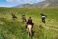 Kirghizistan, province de Naryn, transhumance des nomades kirghiz // Kyrgyzstan, Naryn province, transhumance of Kirghiz nomadic people