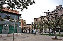 Barletta , Aprile 2013.Quartieri ed edifici...Barletta è un comune italiano di 94.153 abitanti[4], capoluogo insieme ad Andria e Trani, della provincia di Barletta-Andria-Trani, in Puglia..Il territorio comunale fa parte del bacino della valle dell'Ofanto e, oltre ad essere bagnato dall'omonimo fiume, che funge amministrativamente come linea dividente tra Barletta e Margherita di Savoia, ne ospita anche la foce..Il comune di Barletta, che comprende la frazione Canne, sito archeologico ricordato per la celeberrima battaglia vinta nel 216 a.C. da Annibale, è stato riconosciuto come città d'arte dalla Regione Puglia nel 2005 per le sue bellezze architettoniche[8][9].