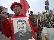 Frau mit Stalin Bild feiert den ehemaligen sowjetischen Politiker und Diktator Josef Stalin am Tag der großen Siegesparade im Zentrum der russischen Hauptstadt Moskau.<br /> <br /> Woman with a Stalin image celebrates the former party leader and dictator of the Soviet Union during the day of the Victory Parade in the Russian capital Moscow.