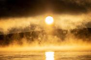 ÖSTERSUND 202101203<br /> Det ångar av vattnet i den kalla luften och låga solen vid Minnesgärde, Odensala.<br /> <br /> Foto: Per Danielsson/Projekt.P