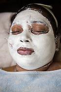 – Jag vill ha ett rent och skinande ansikte. Jag gör det inte för att göra det vitare, säger 28-åriga Vidya Mungekar som vill göra sig fin inför sin förlovning.<br /> <br /> Vidya får en ansiktisbehandling med blekmedel på en skönhetssalong i Jogeshwari East, Mumbai, Indien