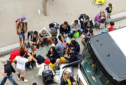 05.09.2015, Westbahnhof, Wien, AUT, Flüchtlinge auf den Weg durch die Staaten der EU, im Bild Flüchtlinge vor vor einem Bus// Immigrants from the Middle Eastern countries and Africa arrived at the Railway station in Vienna, Austria on 2015/09/05. EXPA Pictures © 2015, PhotoCredit: EXPA/ Sebastian Pucher