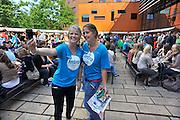 Nederland, Nijmegen, 24-8-2011Eerstejaars studenten aan de hogeschool Arnhem Nijmegen, HAN, hebben een introductieweek. Onderdeel hiervan is de introductiemarkt. Hier staan o.a. studentenverenigingen, uitzendbureaus en banken. Veel scholieren kiezen voor een voortgezette studie aan universiteit of hogeschool vanwege de onzekere arbeidsmarkt. Twee meisjes maken met een telefoon een foto van zichzelf.Foto: Flip Franssen/Hollandse Hoogte