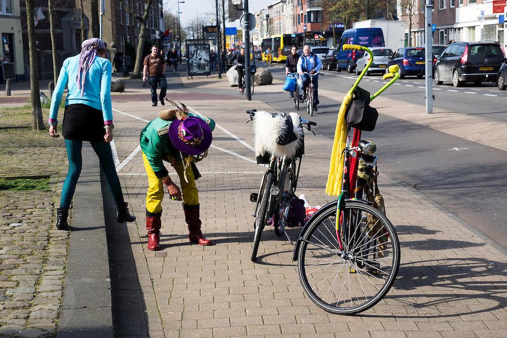 In Utrecht zoeken een man en vrouw op de straat naar iets dat ze verloren hebben tijdens het fietsen.<br /> <br /> In Utrecht a man and woman are searching on the ground for a lost item.
