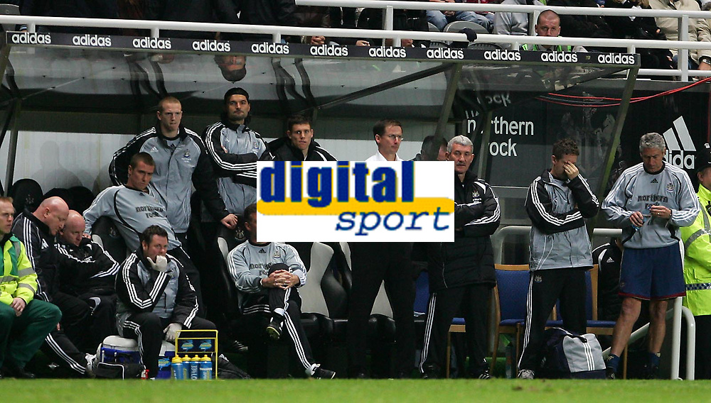 Photo: Andrew Unwin.<br /> Newcastle United v Sheffield United. The Barclays Premiership. 04/11/2006.<br /> Newcastle's bench, including the manager, Glenn Roeder (C), look dejected.