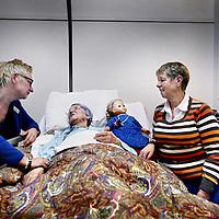 Nederland, Amsterdam , 18 december 2013.<br /> Mevrouw Gevers ligt in het hospice Kuria op het Valeriusplein. Rechts haar zus en links Willy Hollink.<br /> Foto:Jean-Pierre Jans