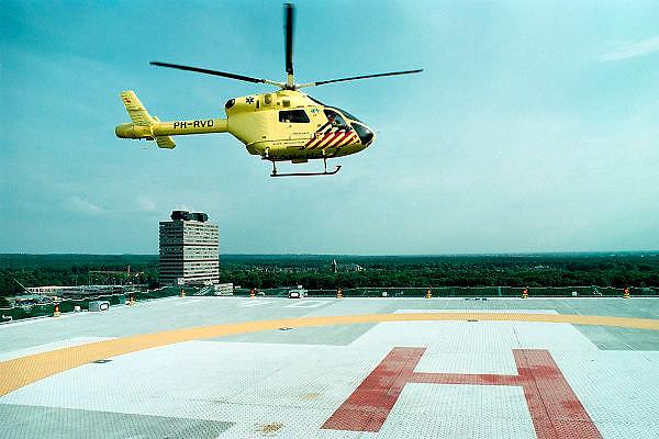 Nederland, Nijmegen, 23-5-2002..Traumahelikopter stijgt op vanaf het helidek op het UMC-Radboud. Spoedgeval, rampenbestrijding, vliegverbod..Foto: Flip Franssen