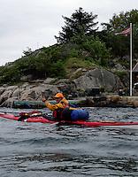 Kayaker with tail wind - kajakkpadler i medvind (retning på vimpel i bakgrunnen) - thumbs up