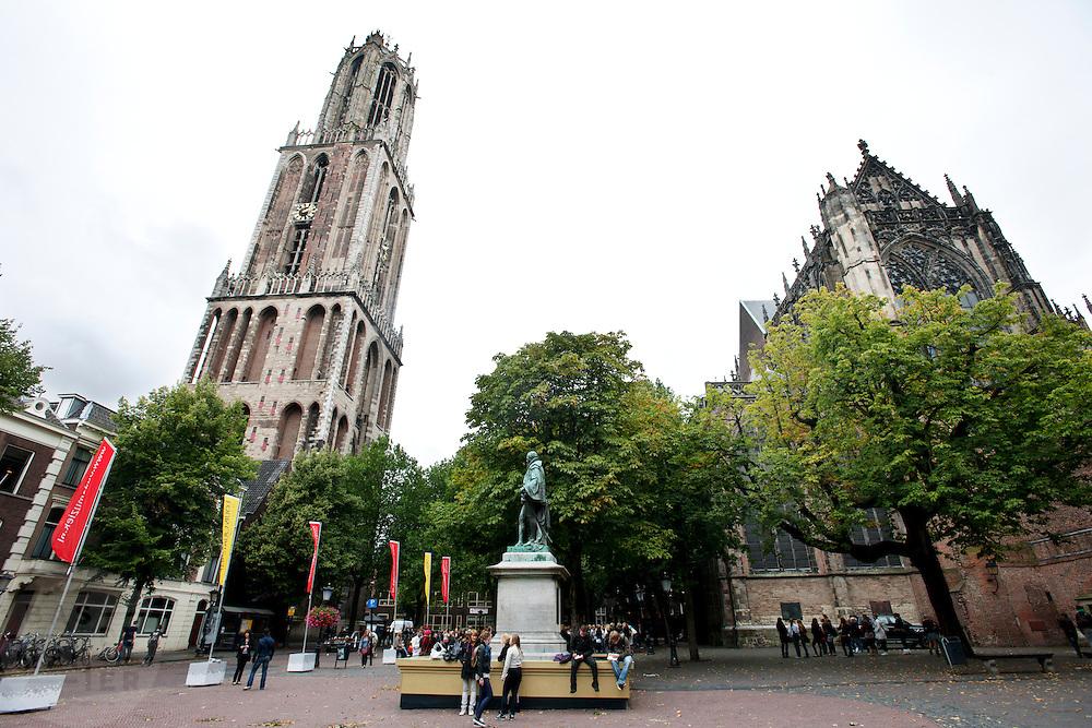 Het Domplein in Utrecht met links de Domtoren en rechts de Domkerk.<br /> <br /> The Domsquare with on the lefthandside the Dom and at the right side the Domchurch.