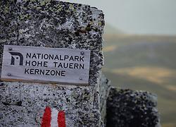THEMENBILD - Schild mit der Aufschrift Nationalpark Hohe Tauern Kernzone. Die Grossglockner Hochalpenstrasse verbindet die beiden Bundeslaender Salzburg und Kaernten mit einer Laenge von 48 Kilometer und ist als Erlebnisstrasse vorrangig von touristischer Bedeutung, aufgenommen am 06. August 2018 in Fusch an der Glocknerstrasse, Österreich // Sign with the inscription Nationalpark Hohe Tauern Kernzone. The Grossglockner High Alpine Road connects the two provinces of Salzburg and Carinthia with a length of 48 km and is as an adventure road priority of tourist interest, Fusch an der Glocknerstrasse, Austria on 2018/08/06. EXPA Pictures © 2018, PhotoCredit: EXPA/ Stefanie Oberhauser