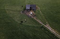 THEMENBILD - Hochlandrinder auf einer Weide mit Scheune, aufgenommen am 22. April 2019 in Kaprun, Oesterreich // Highland cattle on a pasture with barn in Kaprun, Austria on 2019/04/23. EXPA Pictures © 2019, PhotoCredit: EXPA/ JFK