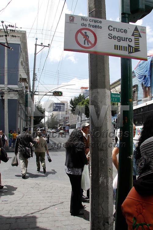 """Toluca, México.- En distintos cruces de la ciudad de Toluca fueron instalados letreros de """"Cruce Seguro"""", mostrado la forma adecuada en que los peatones deben de cruzar las calles, esto para evitar accidentes, pero son pocas las personas que atienden estos señalamientos. Agencia MVT / Crisanta Espinosa"""