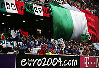 Feature Italiens Fans rollen eine Riesen Fahne aus. (NO MOBILE - NO PDA - NO MMS). © Valeriano Di Domenico/EQ Images