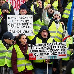 Manifestation autorisée se rassemblant place Daumesnil à Paris dans le cadre de l'acte 12 des manifestations de gilets jaunes le 2 février 2019.  Dispositif de sécurisation constitué de forces de police et de gendarmerie (Escadrons de Gendarmerie Mobile et Compagnies Républicaines de Sécurité).