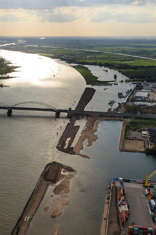 Nederland, Zuid-Holland, Gemeente Gorinchem, 09-05-2013; bedrijventerrein Avelingen en Merwedebrug over de Boven-Merwede.<br /> In het kader van het programma Ruimte voor de Rivier wordt er in de uiterwaarden een geul gegraven (die bij hoogwater het water kan afvoeren).<br /> As part of the Program 'Room for the river', a trench is being dug in the floodplains. This will allow the discharge at high water levels.<br /> luchtfoto (toeslag op standard tarieven);<br /> aerial photo (additional fee required);<br /> copyright foto/photo Siebe Swart.