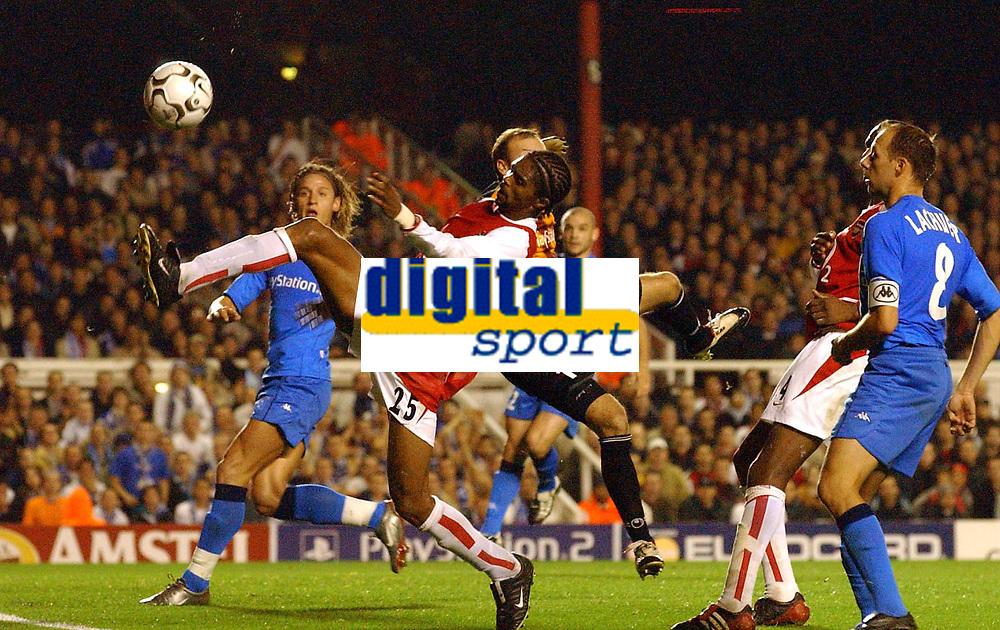 Fotball. UEFA Champions League. 22.10.2002.<br />Arsenal v Auxerre.<br />Kanu, Arsenal.<br />Fabien Cool, Auxerre.<br />Foto: Robin Parker, Digitalsport