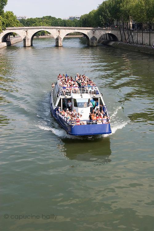 Paris, France. July 14th 2005..The Pont de Sully from the l'Ile Saint Louis..4th Arrondissement..