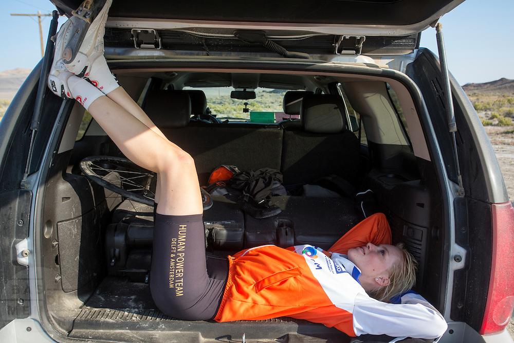 Christien Veelenturf rust uit na haar run. Het Human Power Team Delft en Amsterdam (HPT), dat bestaat uit studenten van de TU Delft en de VU Amsterdam, is in Amerika om te proberen het record snelfietsen te verbreken. Momenteel zijn zij recordhouder, in 2013 reed Sebastiaan Bowier 133,78 km/h in de VeloX3. In Battle Mountain (Nevada) wordt ieder jaar de World Human Powered Speed Challenge gehouden. Tijdens deze wedstrijd wordt geprobeerd zo hard mogelijk te fietsen op pure menskracht. Ze halen snelheden tot 133 km/h. De deelnemers bestaan zowel uit teams van universiteiten als uit hobbyisten. Met de gestroomlijnde fietsen willen ze laten zien wat mogelijk is met menskracht. De speciale ligfietsen kunnen gezien worden als de Formule 1 van het fietsen. De kennis die wordt opgedaan wordt ook gebruikt om duurzaam vervoer verder te ontwikkelen.<br /> <br /> Christien Veelenturf is resting after her run. The Human Power Team Delft and Amsterdam, a team by students of the TU Delft and the VU Amsterdam, is in America to set a new  world record speed cycling. I 2013 the team broke the record, Sebastiaan Bowier rode 133,78 km/h (83,13 mph) with the VeloX3. In Battle Mountain (Nevada) each year the World Human Powered Speed Challenge is held. During this race they try to ride on pure manpower as hard as possible. Speeds up to 133 km/h are reached. The participants consist of both teams from universities and from hobbyists. With the sleek bikes they want to show what is possible with human power. The special recumbent bicycles can be seen as the Formula 1 of the bicycle. The knowledge gained is also used to develop sustainable transport.