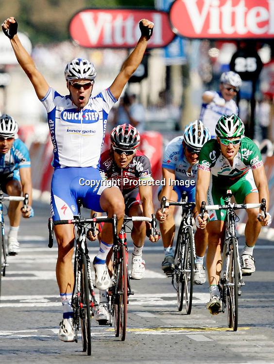 Paris, 20080727: Thor Hushovd (t.h.) taper spurten i Tour de France mot Gert Steegmans.....Foto: Daniel Sannum Lauten/Dagbladet