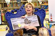 Prinses Laurentien leest voor aan kinderen van groep 1 en 2, uit het kinderboek De kleine walvis, tijdens het Nationale Voorleesontbijt in de nieuwe bibliotheek in Almere-Stad<br /> <br /> Princess Laurentien reads to children of group 1 and 2, from the children's book The Little Whale, during National Reading Breakfast at the new library in Almere-Stad<br /> <br /> Op de foto / On the photo:  Prinses Laurentien leest voor uit het kinderboek De kleine walvis  /////  Princess Laurentien reads the children's book The Little whale