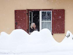 01.02.2014, Lienz, Osttirol, AUT, Schneefälle in Oberkärnten und Osttirol, im Bild eine Frau schaut aus ihrem Fenster. Über Nacht vielen bis zu 1,2 Meter Neuschnee in weiten Teilen Oberkärnten und Osttirols und forderten bereits zwei Todesopfer. EXPA Pictures © 2014, PhotoCredit: EXPA/ JFK
