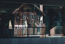 THEMENBILD - traditionelle Häuser der Marktgemeinde spiegeln sich in der Galsfront eines Neubaus während der Corona Pandemie, aufgenommen am 17. April 2019 in Hallstatt, Österreich // traditional houses of the village  are reflected in the Galsfront of a new building during the Corona Pandemic in Hallstatt, Austria on 2020/04/17. EXPA Pictures © 2020, PhotoCredit: EXPA/ JFK
