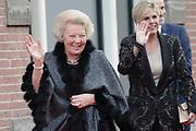 Aankomst koninklijke familie bij het Koningsdagconcert in de Philharmonie Haarlem.<br /> <br /> Arrival royal family at the Koningsdagconcert in the Philharmonie Haarlem.<br /> <br /> op de foto / On the photo: <br /> <br />  Prinses Beatrix en prinses Laurentien / Princess Beatrix and Princess Laurentien
