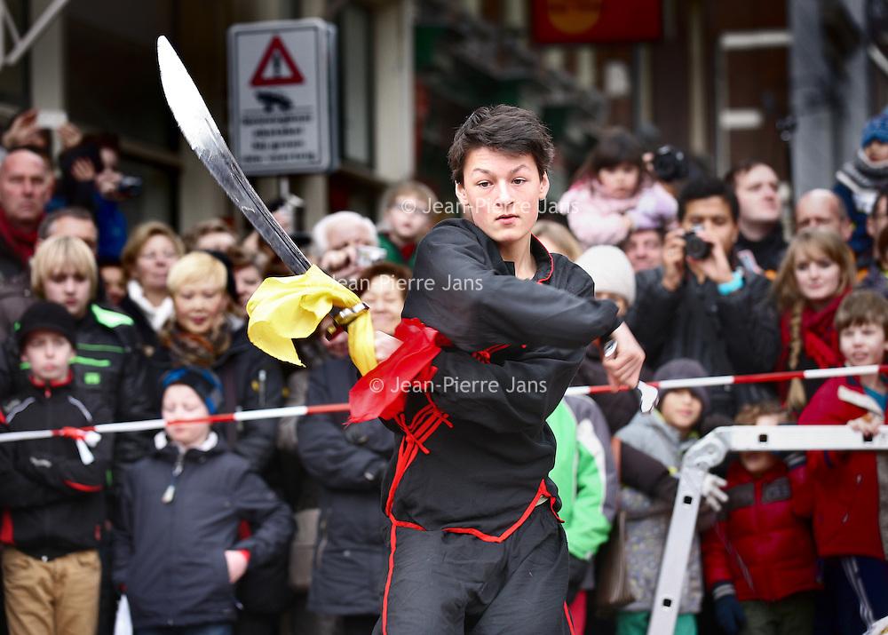 Nederland, Amsterdam , 1 februari 2014.<br /> Zwaardvechten onderdeel van hetChinees Nieuwjaar feest rond de Nieuwmarkt buurt.<br /> Sword fighting, part of the Chinese New Year celebration around the Nieuwmarkt area of Amsterdam (Chinatown)