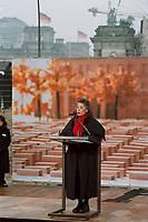 27 JAN 2000, BERLIN/GERMANY:<br /> Lea Rosh, Vorsitzende des Förderkreises für das Mahnmal, hält eine Rede anlässlich dem Festakt zum symbolischen Baubeginn für das Holocaust-Mahnmal, auf dem Baugelände, südlich vom Brandenburger Tor; im Hintergrund: BrandenburgerTor und Reichstag, Flaggen auf auf Halbmast anl. d. Tages des Gedenkens an die Opfer des Nationslsozialismus<br /> IMAGE: 20000127-01/02-16<br /> KEYWORDS: speech, holocaust memorial, Mahnmal